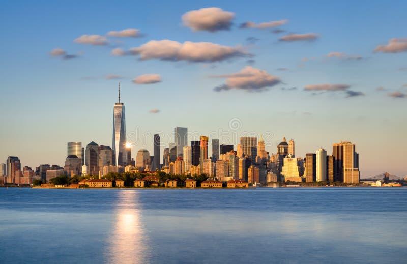 Grattacieli del Lower Manhattan al tramonto Orizzonte di New York City immagini stock libere da diritti