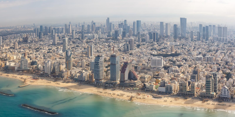 Grattacieli del mare della città di vista aerea della spiaggia di Israele di panorama dell'orizzonte di Tel Aviv immagini stock