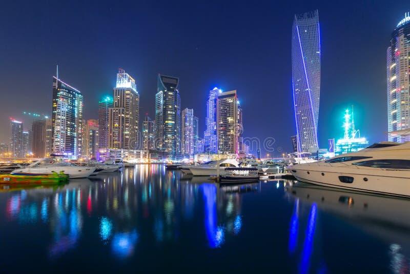 Grattacieli del porticciolo del Dubai alla notte, UAE immagini stock