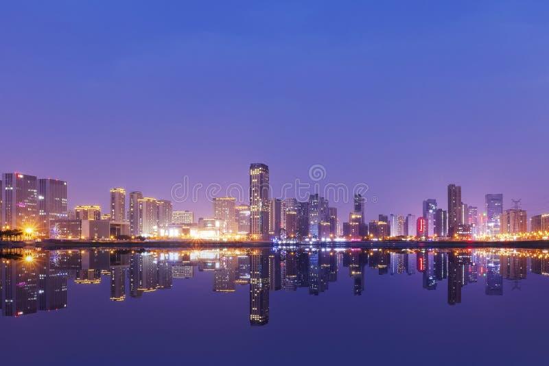 Grattacieli della Cina Hangzhou, paesaggio di notte fotografie stock libere da diritti