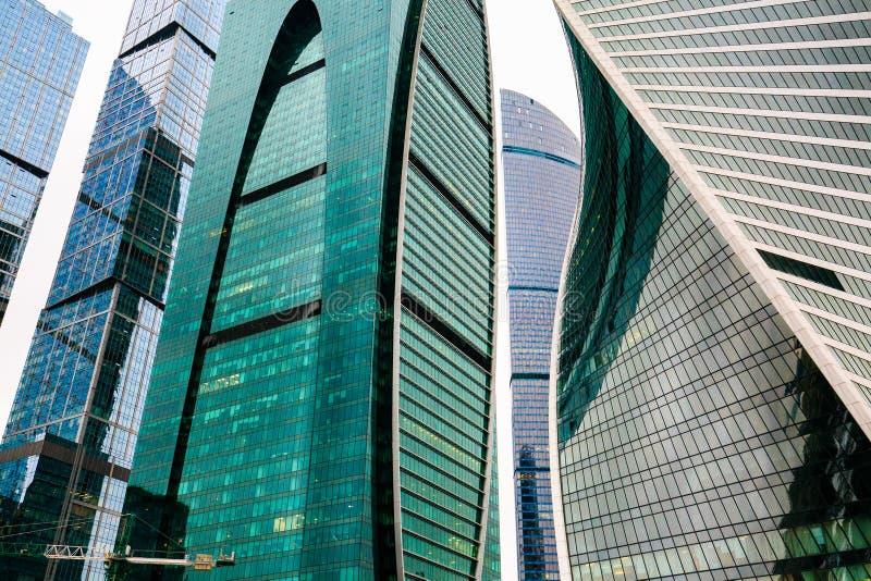 Grattacieli dentro in città Costruzioni moderne con le facciate di vetro immagine stock