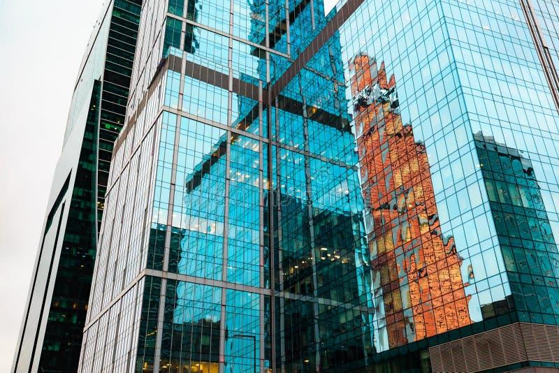 Grattacieli dentro in città Progettazione esteriore e riflessione delle costruzioni moderne in vetro immagini stock