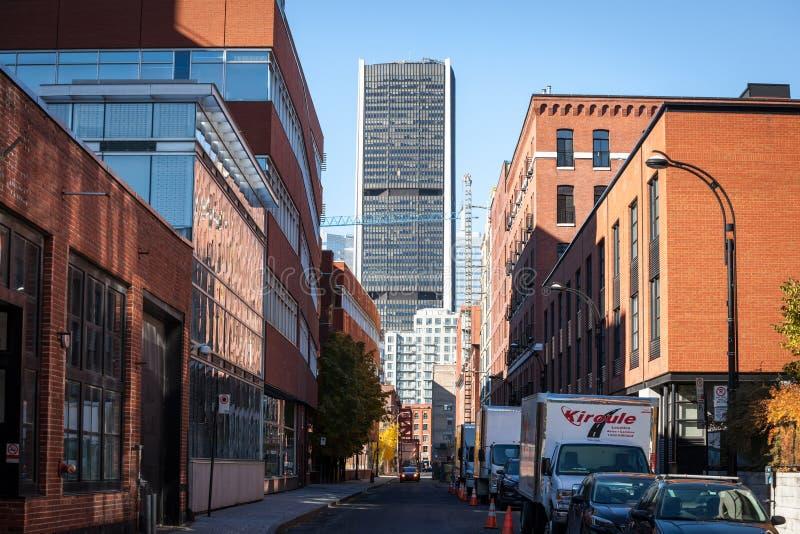 Grattacieli di affari nel dowtown di Montreal, visto da una via vicina della città principale della Quebec fotografia stock