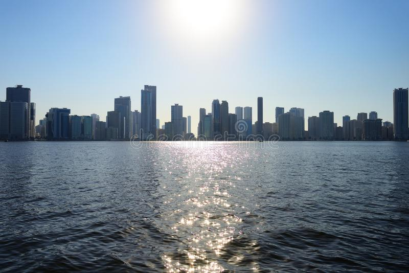 Grattacieli di Sharjah dal lato del lago Khalid immagini stock