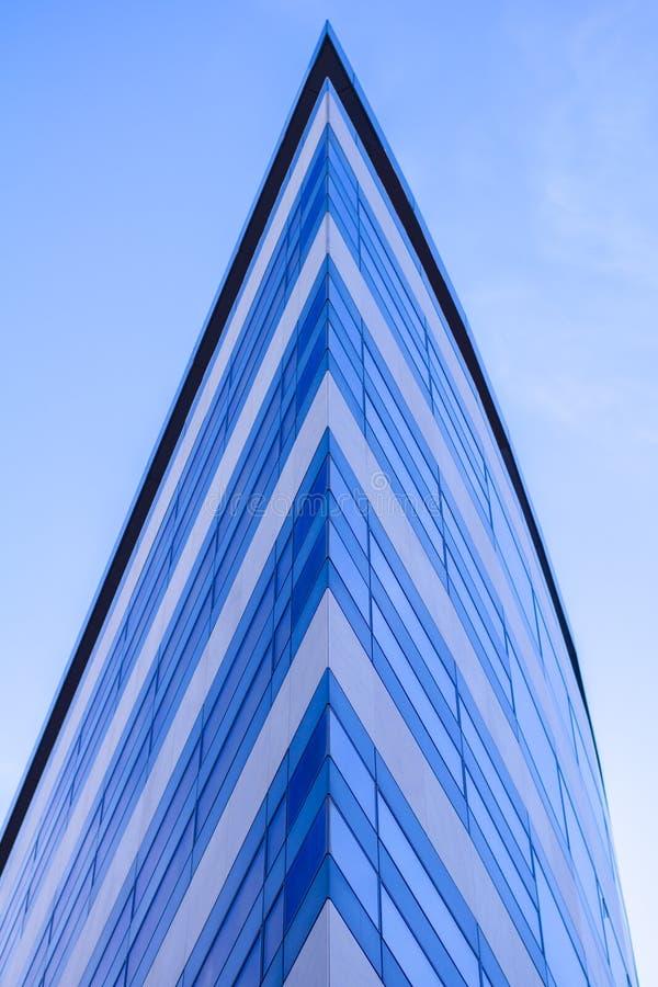 Grattacieli di vetro moderni della costruzione con la riflessione blu del cielo nuvoloso Fondo del distretto aziendale fotografie stock libere da diritti
