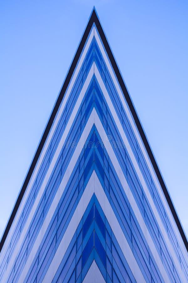 Grattacieli di vetro moderni della costruzione con la riflessione blu del cielo nuvoloso Fondo del distretto aziendale fotografia stock libera da diritti