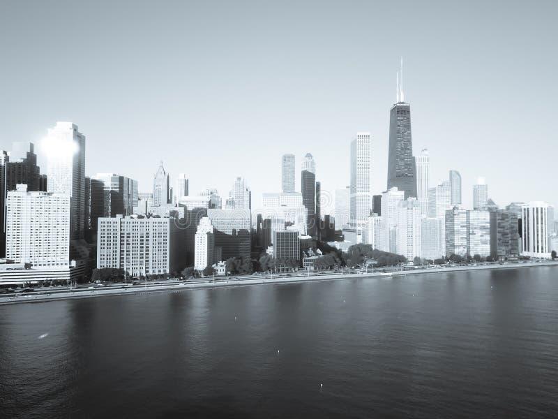 Grattacieli filtrati di Chicago di vista superiore di immagine dal lago michigan con la luce di autunno di mattina fotografia stock libera da diritti
