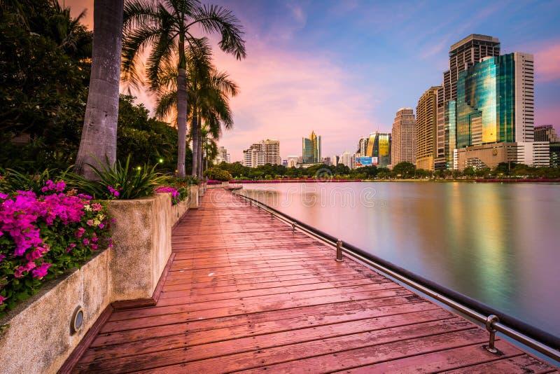Grattacieli, fiori e palme moderni lungo il lago Rajada a immagine stock