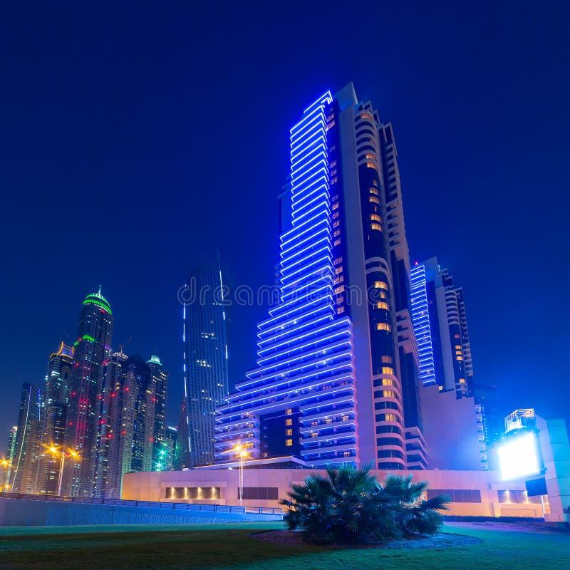Grattacieli illuminati del porticciolo del Dubai alla notte immagine stock libera da diritti