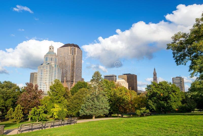 Grattacieli lungo il parco di Bushnell, Hartford del centro immagini stock libere da diritti