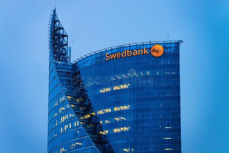 Grattacieli moderni di affari dell'ufficio nella sera di Riga fotografia stock libera da diritti