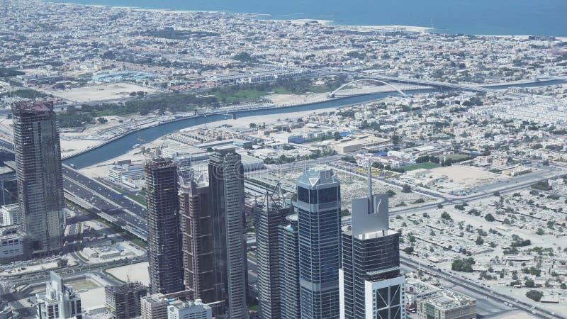 Grattacieli moderni nell'area del canale idrico Dubai Creek in città immagine stock libera da diritti