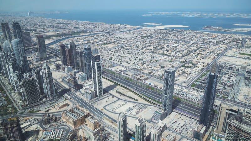 Grattacieli moderni su Sheikh Zayed Road, nel cuore del distretto finanziario del Dubai immagini stock