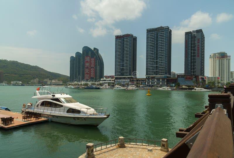 Grattacieli moderni sull'argine di Sanya River in Sanya City sull'isola di Hainan fotografie stock libere da diritti