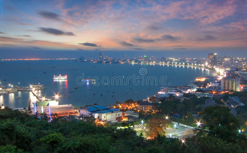 Grattacieli nel tempo crepuscolare a Pattaya immagine stock libera da diritti
