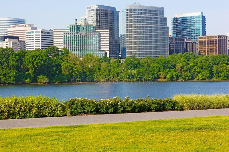 Grattacieli sul lungomare del fiume Potomac immagini stock