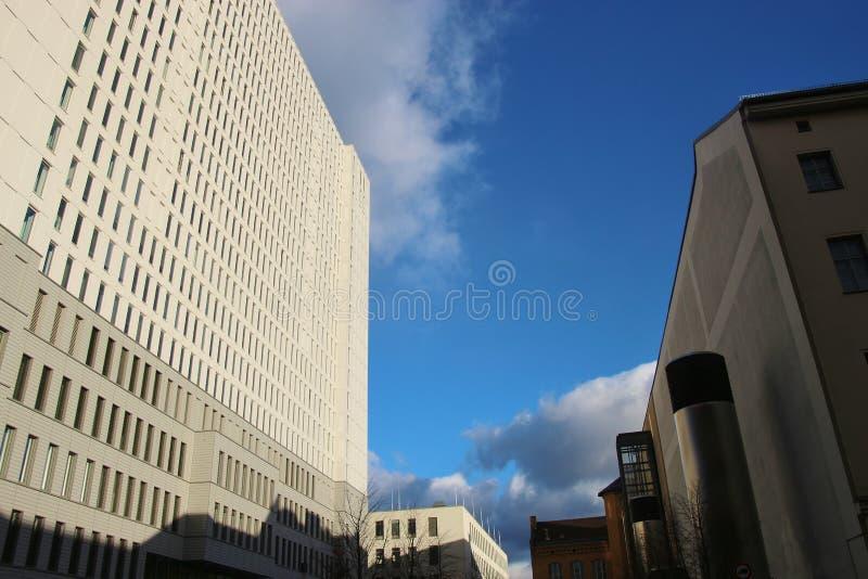 Grattacielo bianco luminoso a Berlino, Germania fotografia stock