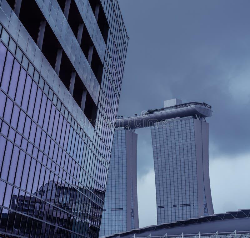Grattacielo con Marina Bay Sands nei precedenti immagine stock
