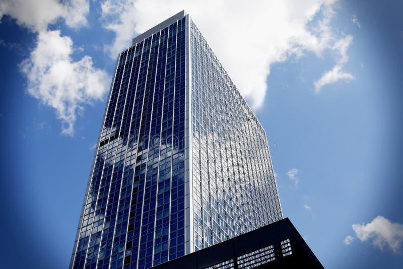 Grattacielo corporativo con la riflessione della nuvola fotografia stock