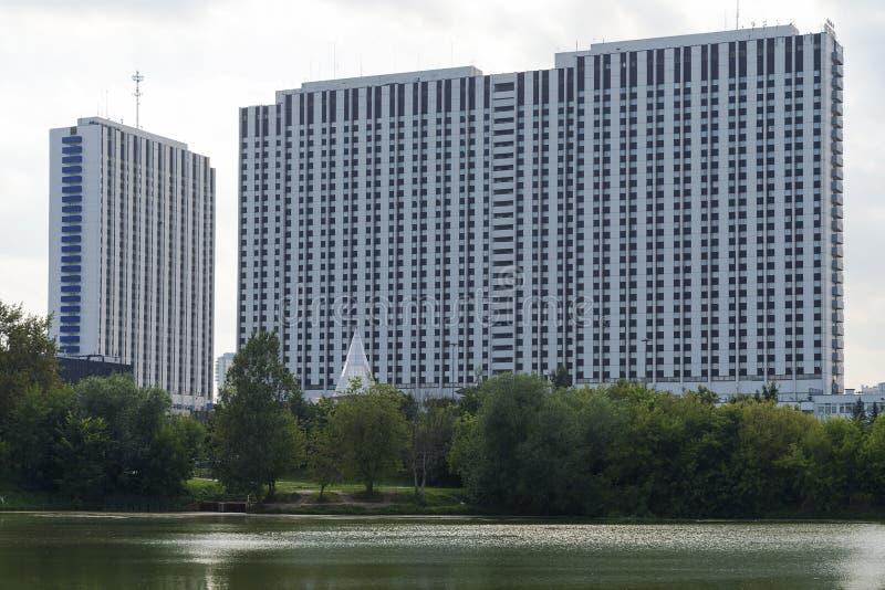 Grattacielo dal fiume a Mosca fotografia stock