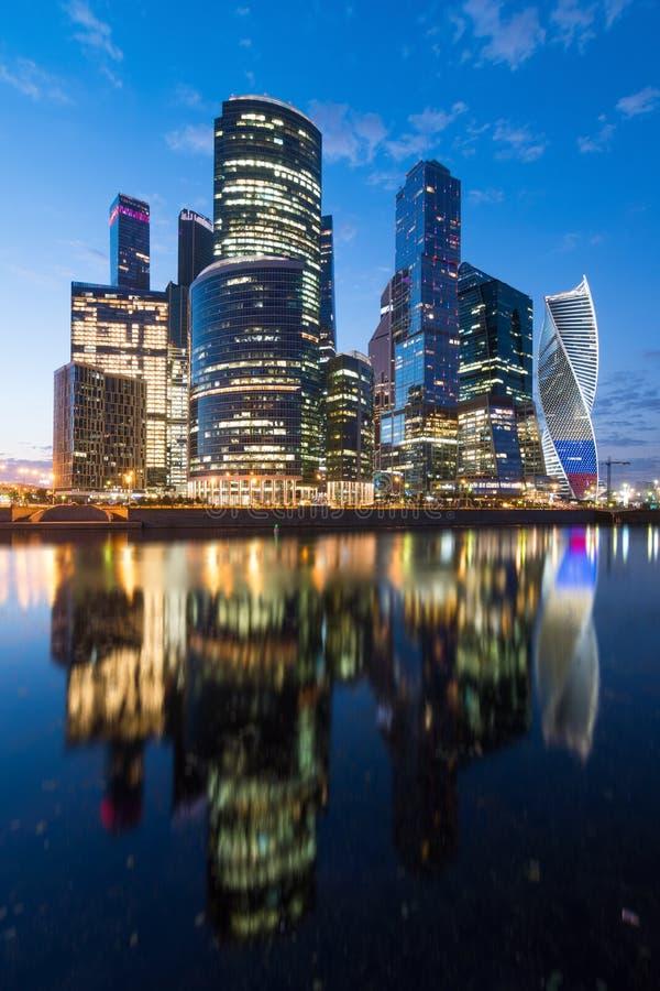 Grattacielo della città di Mosca con belle illuminazione ed illuminazione dei colori nazionali russi immagini stock libere da diritti