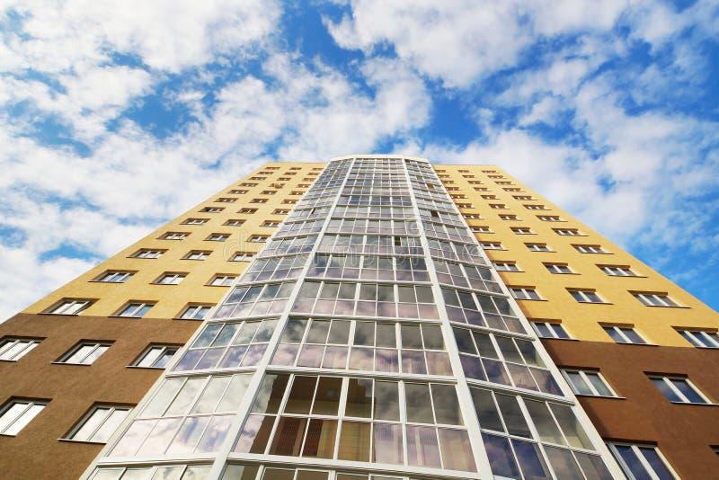 Grattacielo di appartamento che si eleva su nel cielo fotografie stock