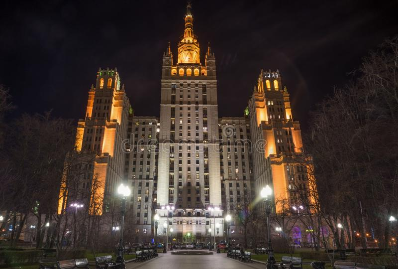 Grattacielo di Mosca del Russo vecchio nella notte fotografia stock