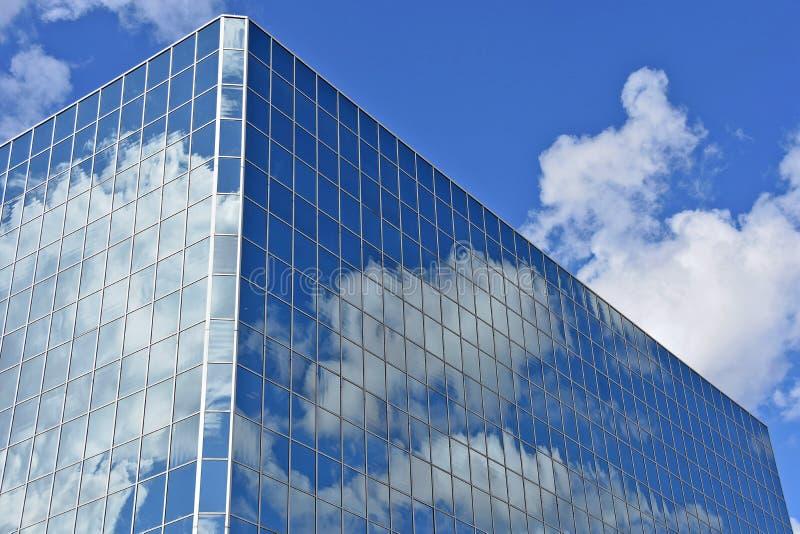 Grattacielo di vetro con la riflessione della nuvola immagine stock libera da diritti