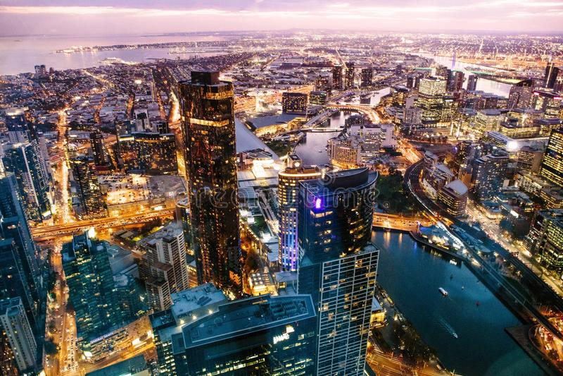 Grattacielo di vista di notte fotografia stock libera da diritti