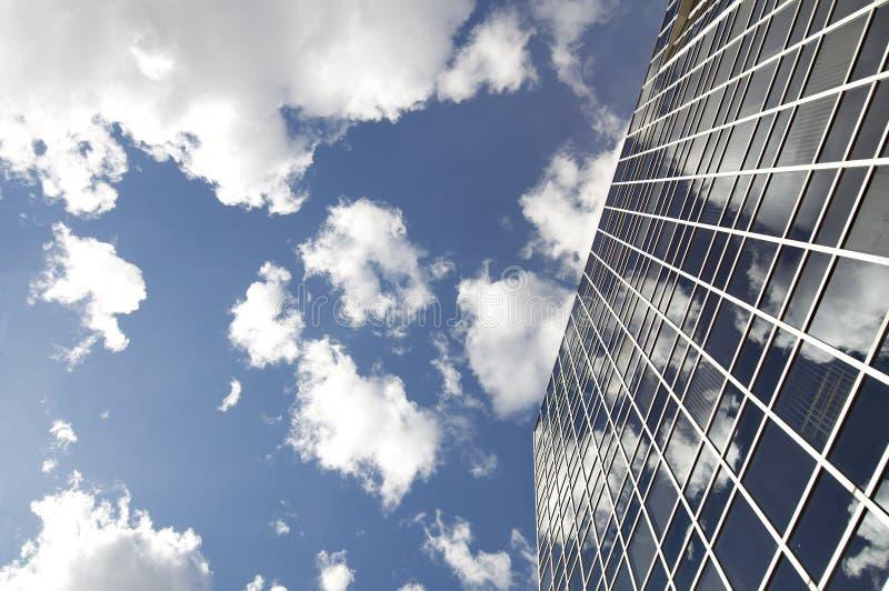 Grattacielo e cielo blu moderni dell'ufficio immagine stock
