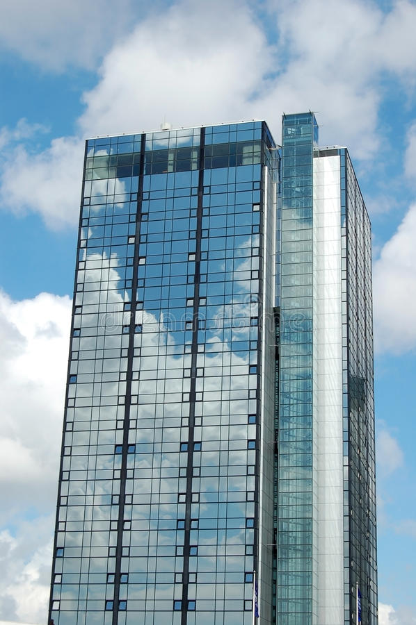 Grattacielo moderno che riflette il cielo fotografia stock