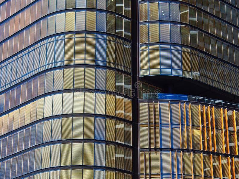 Grattacielo moderno con facciata in vetro di bronzo immagine stock libera da diritti