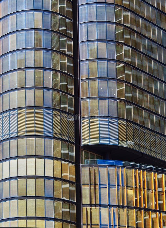 Grattacielo moderno con facciata in vetro di bronzo fotografie stock
