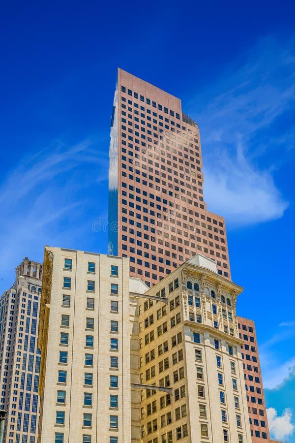 Grattacielo moderno dietro costruzione classica immagine stock libera da diritti