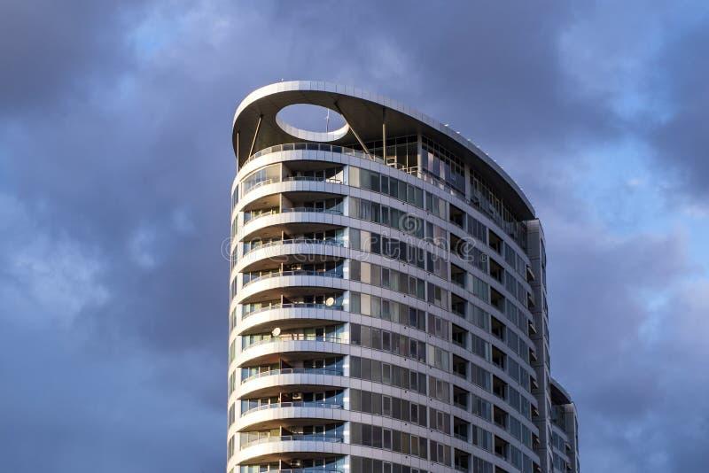 Grattacielo su un fondo del cielo nuvoloso Nuvole grige Sviluppo del centro di affari Cielo nuvoloso fotografia stock libera da diritti