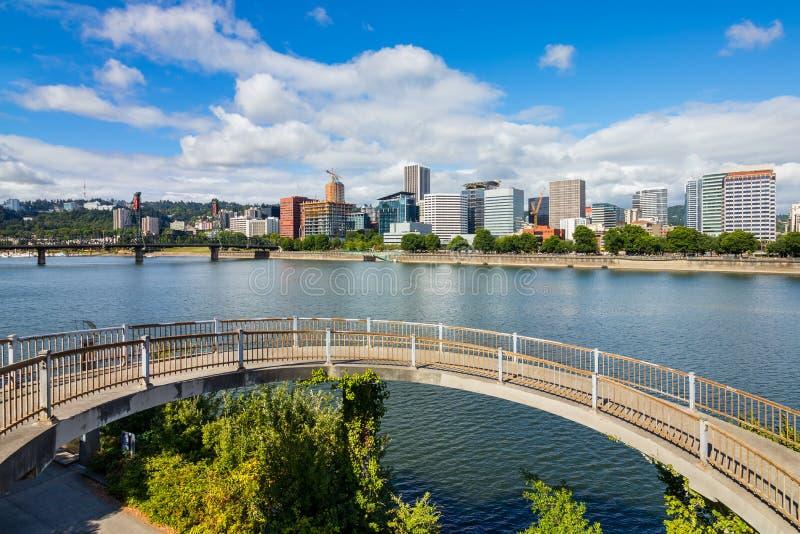 Gratte-ciel à Portland du centre Orégon à côté d'une rivière de Willamette photo libre de droits