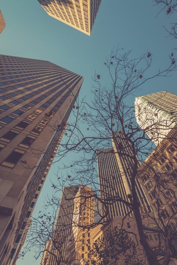 Gratte-ciel à San Francisco - angle dramatique images libres de droits