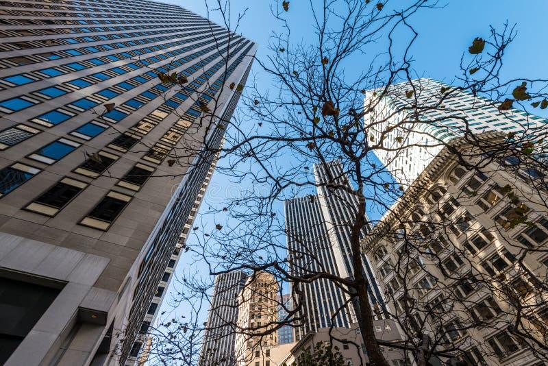 Gratte-ciel à San Francisco - angle dramatique photos stock