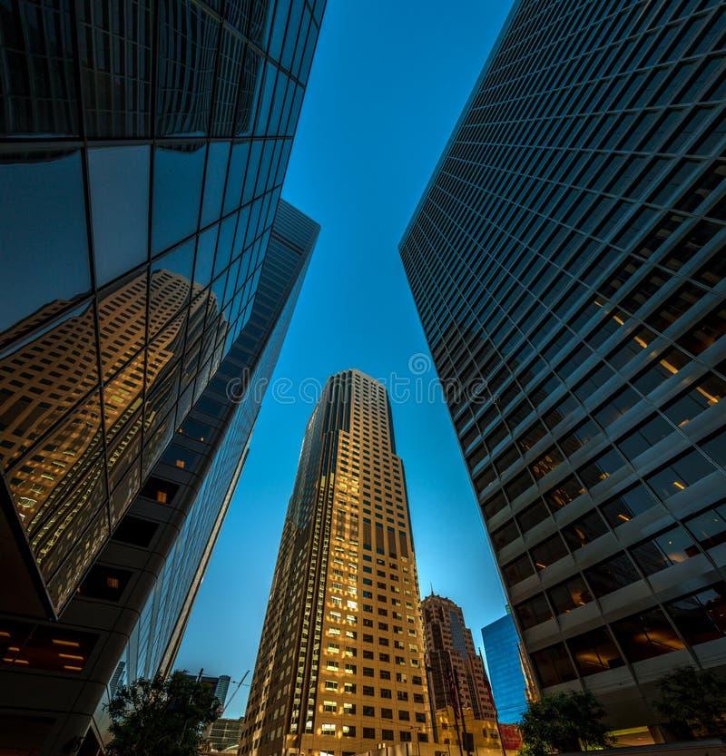 Gratte-ciel à San Francisco - angle dramatique photo stock