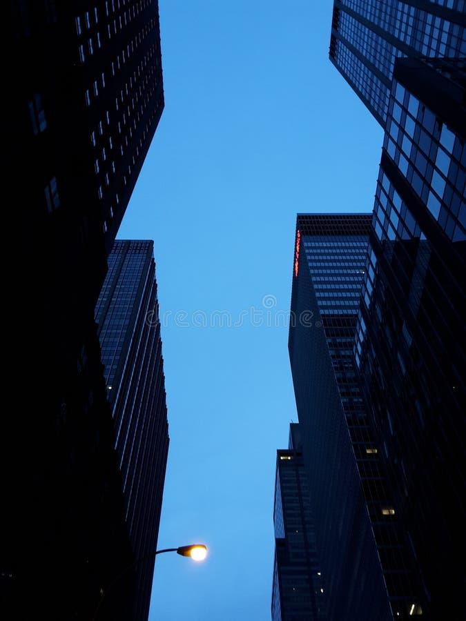 Gratte-ciel bleus créant un chiffre photo stock