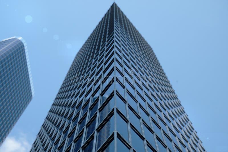 gratte-ciel bleus de l'illustration 3D d'une vue d'angle faible Bâtiments en verre d'architecture hauts Gratte-ciel bleus dans de photo stock