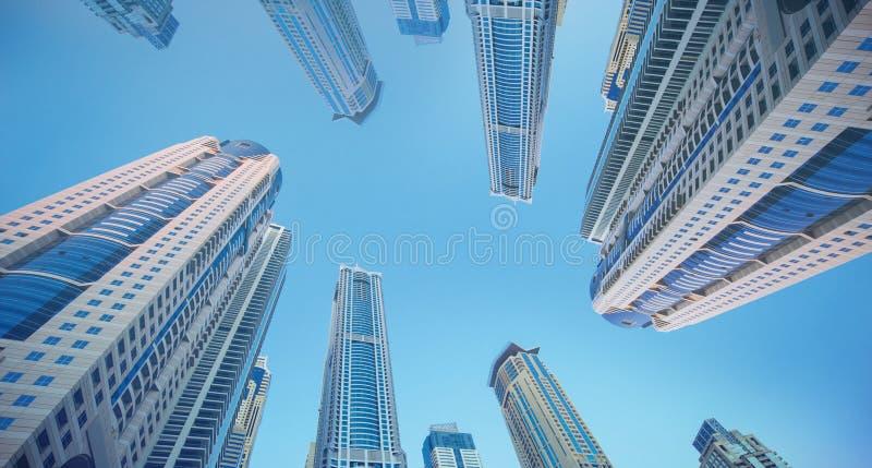Gratte-ciel contre le bleu de ciel photographie stock libre de droits