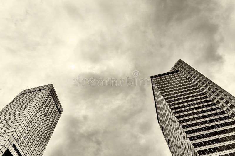 Gratte-ciel contre le ciel orageux Rebecca 36 images libres de droits