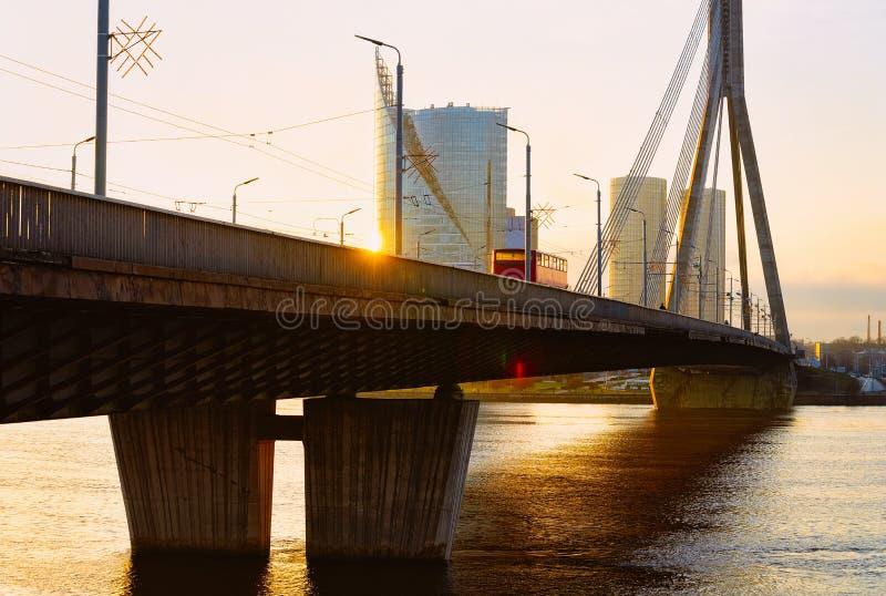 Gratte-ciel d'affaires et pont modernes de Vansu au-dessus de rivière Riga de dvina occidentale photo stock