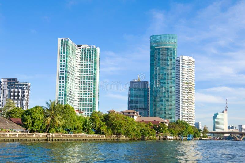 Gratte-ciel d'appartements modernes sur les banques de Chao Phraya River La Tha?lande, Bangkok image libre de droits