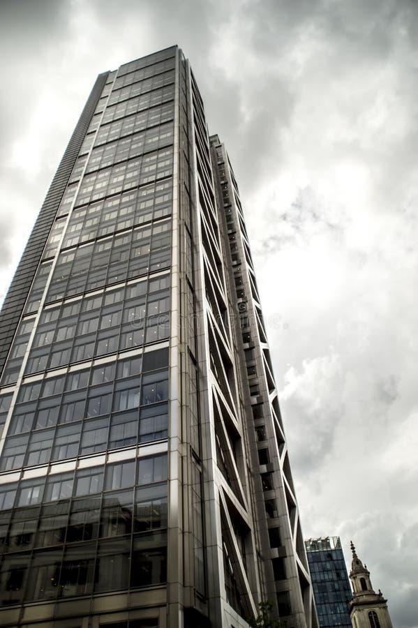 Gratte-ciel d'isolement sur le fond nuageux photographie stock