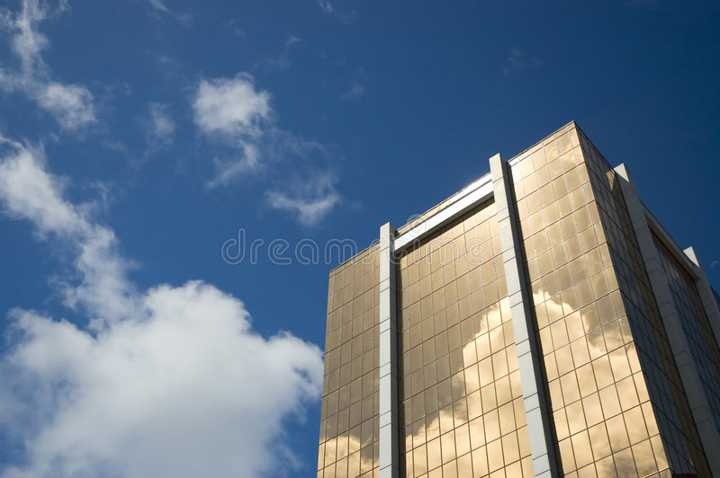 Gratte-ciel d'or - symbole de réussite financière photos stock