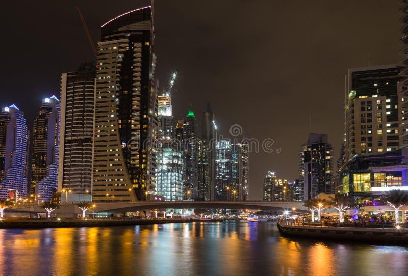 Gratte-ciel dans la marina de Dubaï la nuit Les Emirats Arabes Unis photographie stock