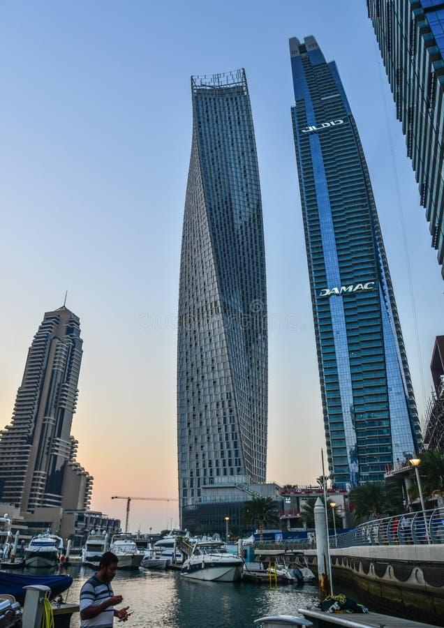 Gratte-ciel dans la marina de Duba? au coucher du soleil photo libre de droits