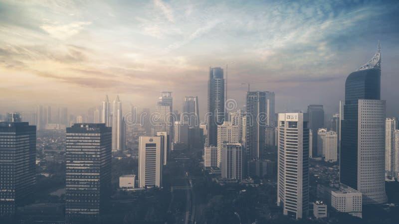 Gratte-ciel dans la ville de Jakarta au coucher du soleil photographie stock libre de droits